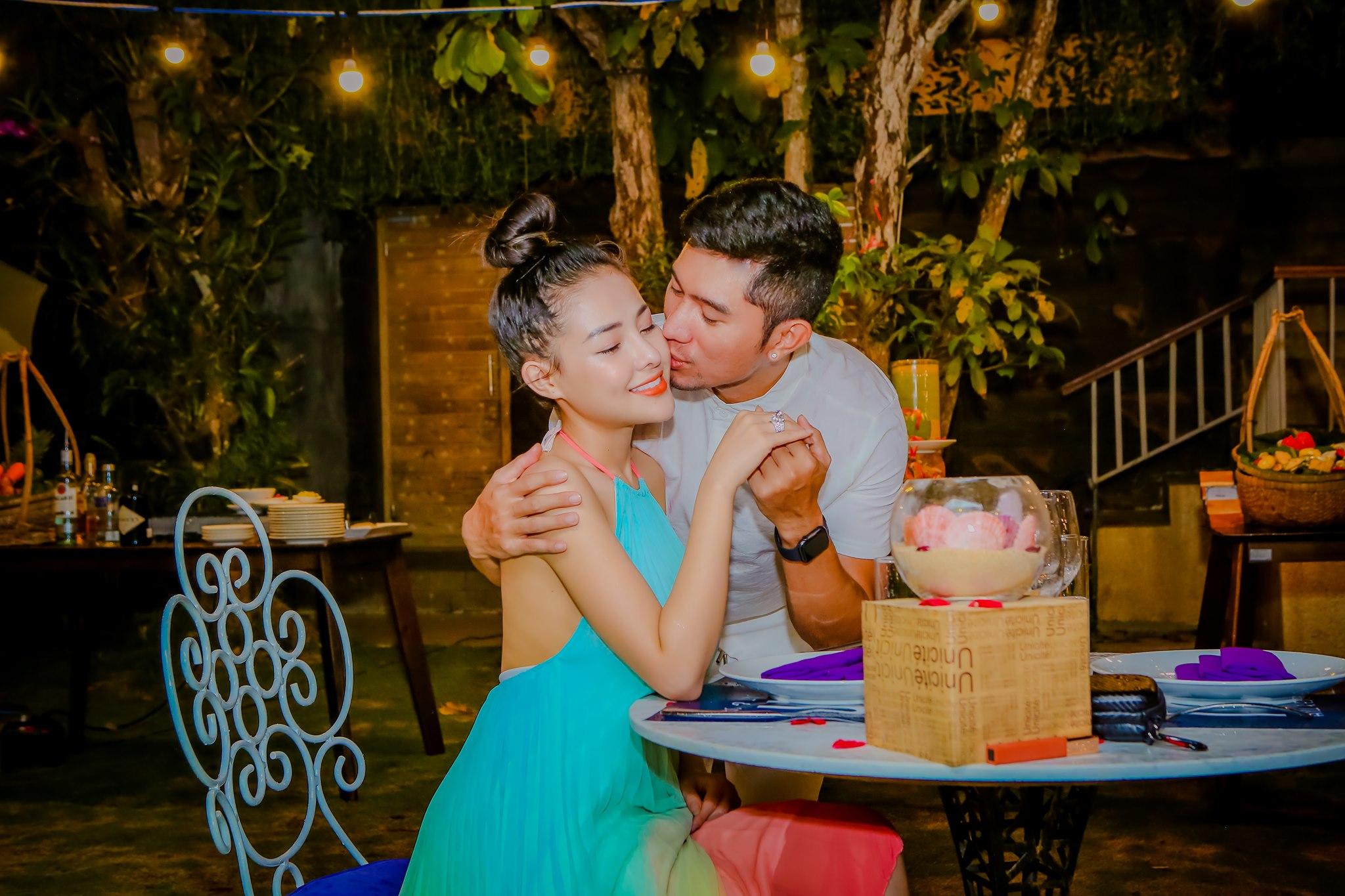 Nhiều hình ảnh ngọt ngào trong buổi tối cầu hôn Ngân 98 tiếp tục được nam nhạc sĩ công khai.