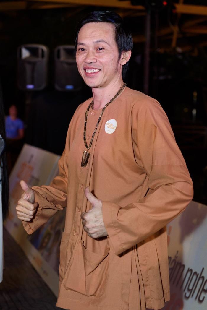 Ngoài ra,áo dài cũng là một trong những loại trang phụckhông thiếutrong tủ đồ nhà Hoài Linh.