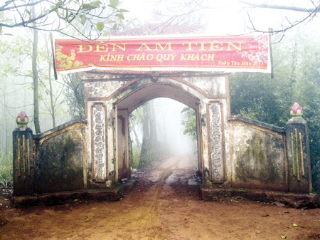 Cổng chào đền Am Tiên.