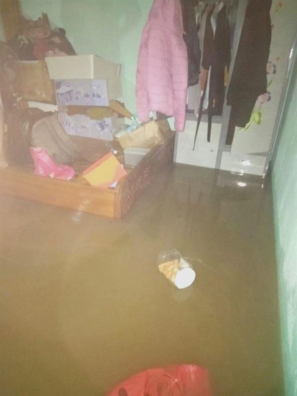 Có những tủ đồ đành phải chấp nhận chìm trong nước vì không con chỗ để. Ảnh: Phan Trường Sơn