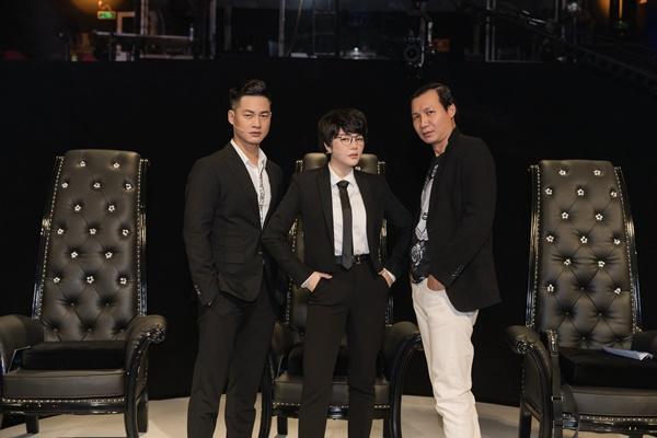 Lý Nhã Kỳ cực 'đẹp trai' bên cạnh hai giám khảo nam của chương trình.