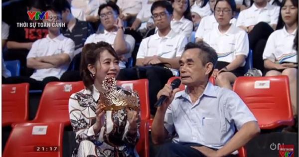 Chiếc vòng nguyệt quế sơn son thếp vàng dành cho nhà vô địch năm nay của gia đình bácTrần Đình Tề