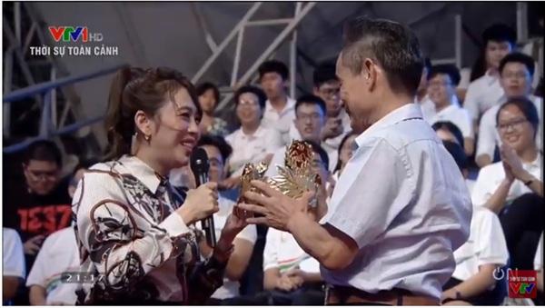 Bác Trần Đình Tề đã trực tiếp có mặt ở trường quay để trao tặng chiếc vòng nguyệt quế đặc biệt này cho chương trình