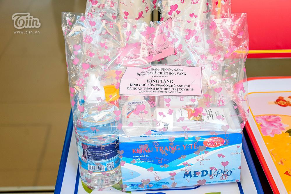 Ngày chính thức xuất viện, bệnh nhân 936 được bệnh viện dã chiến gửi tặng món quà bên trong là những dụng cụ phòng, chống dịch: bình xịt khuẩn, khẩu trang.