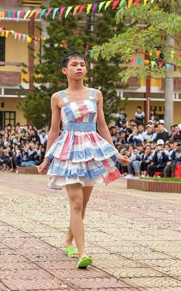 Công chúa bao tảiđược cư dân mạng nhận xét rất có thần thái. Bộ trang phục còn cóđiểm nhấn là đôi dép màu xanh 'chói lọi'.