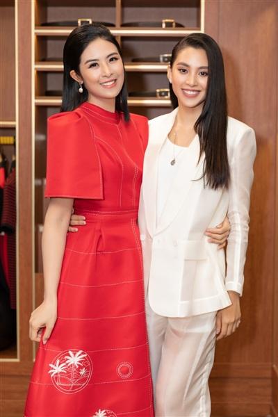 Tiểu Vy cũng có mặc tại sự kiện, còn 'bưng' cả bộ suit diện tại vòng sơ khảo phía Nam củaHoa hậu Việt Nam 2020đến chúc mừng đàn chị.