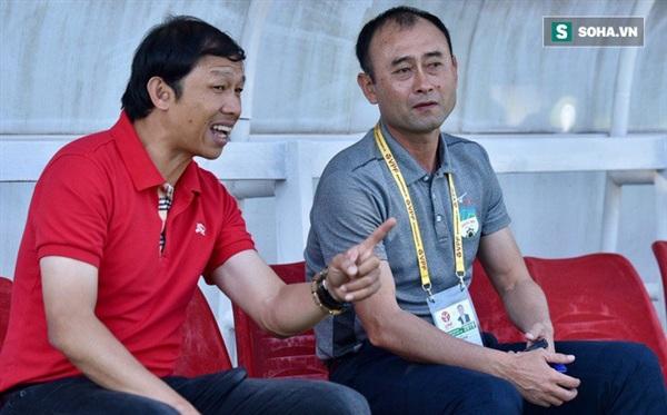 HLV Dương Minh Ninh (áo đỏ) và HLV Lee Tae-hoon.