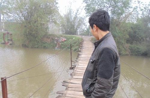 Ông Nguyễn Đức Khoa, phó thôn Phương Nhị, dẫn phóng viên ra xem thực tế cây cầu.