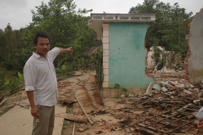 Anh A Lăng Cam, người thôn Bút Sơn chỉ cho chúng tôi những ngôi nhà mà anh giúp gia chủ tháo dỡ.