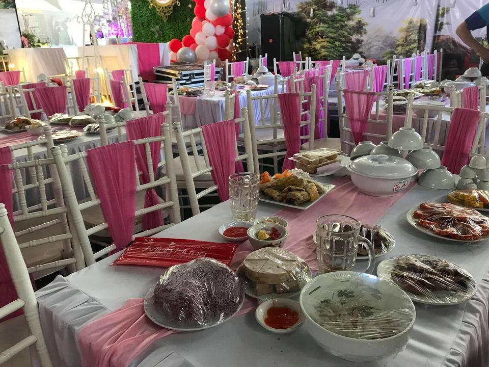 150 mâm cỗ ngập đồ ăn được bày ra bàn nhưng không có khách nào đến dự...