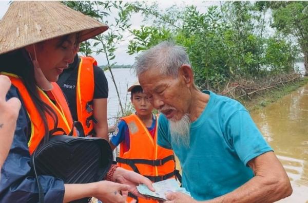 Phần quà Thủy Tiên trao tặng người dân vùng lũ: Không chỉ phát tiền và mì tôm 0