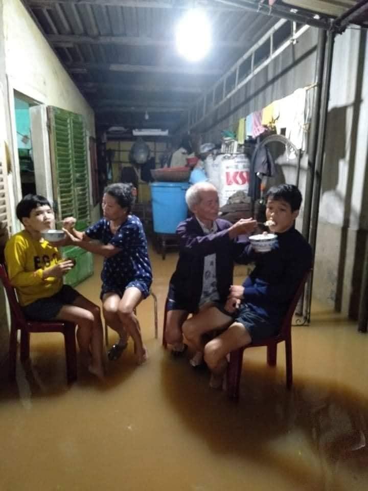 Bữa ăn giản đơn của gia đình ông Hiền trong căn nhà nhỏ ngày mưa lũ. Ảnh: Tuyết Tuyết