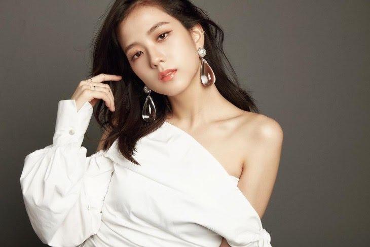 Vẫn là áo trắng nhưng trong dịp đặc biệt sẽ được Jisoo nhấn nhá bằng phụ kiện để thêm phần nổi bật.