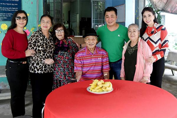 NSND Lý Huỳnh bên gia đình.