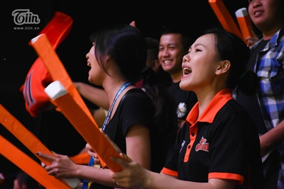 Thời khắc biết đội bóng mình yêu thích 'nắm phần thắng trong tay', người hâm mộ trên khán đài đã gào hét muốn khàn cổ để tiếp thêm tinh thần cho đội.