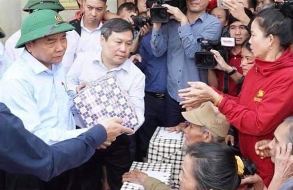 Thủ tướng thăm hỏi và trao quà cho người dân vùng lũ