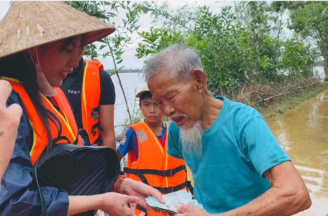 Một số hình ảnh Thủy Tiên khi cứu trợ miền Trung