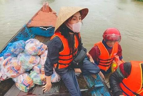 Ca sĩThủy Tiênlà một trong những nghệ sĩ tiên phong trực tiếp bay đến khu vực bị lũ lụt để ủng hộ từ thiện bằng tiền, nhu yếu phẩm cho người dân.