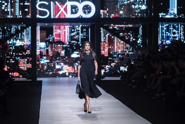 Nữ siêu mẫu sang chảnh, thời thượng trong thiết kế đen dài, tôn lên vóc dáng gợi cảm cùng những sải bước uyển chuyển, điêu luyện