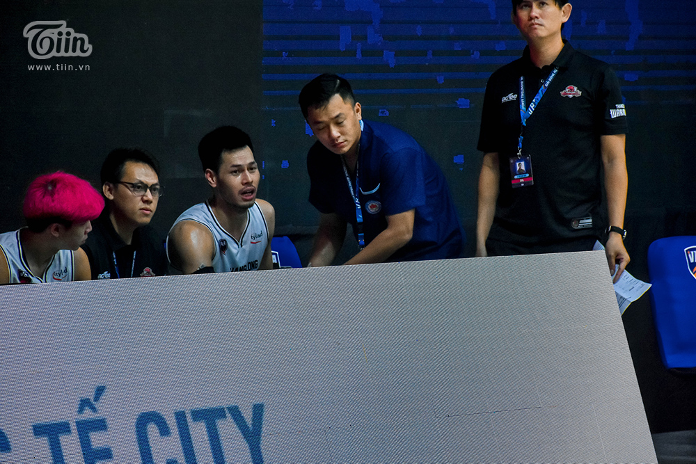 ... trở lại sân đấu ngay để cùng đồng đội tạo ra thế trận áp đảo đối thủ. Kết quả của những nỗ lực, Thái Hưng và Thang Long Warriors đắm chìm trong hạnh phúc chiến thắng Saigon Heat.