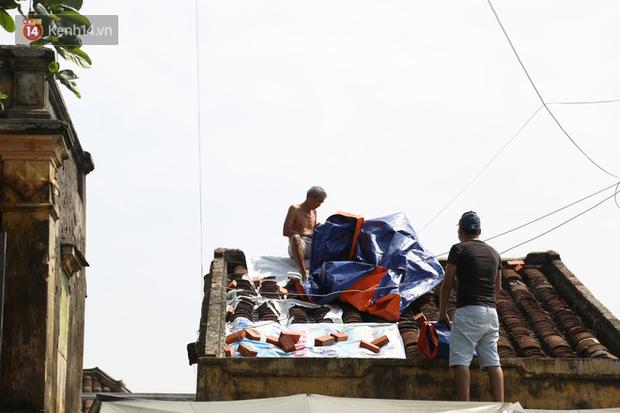 Ghi nhận của PV, vào sáng 27/10 tại khu vực phố cổ Hội An, nhiều người dân đã gia cố nhà cửa bằng bạt, bao tải cát hoặc bao tải nước.