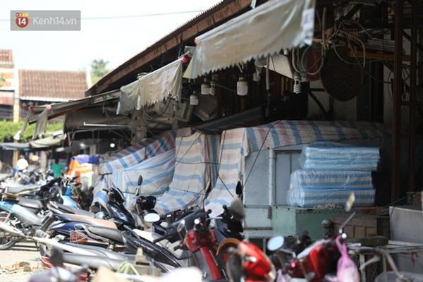 Nhiều kiot trong chợ Hội An đã ngừng hoạt động, che chắn cẩn thận để tránh mưa ướt.