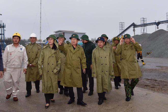 Phó Thủ tướng kiểm tra công tác tác ứng phó bão tại khu công nghiệp Dung Quất, tỉnh Quảng Ngãi. (Ảnh: VGP)
