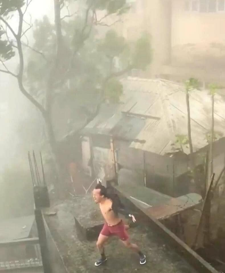 Người đàn ông phanh áo 'biểu diễn' giữa cơn bão số 9