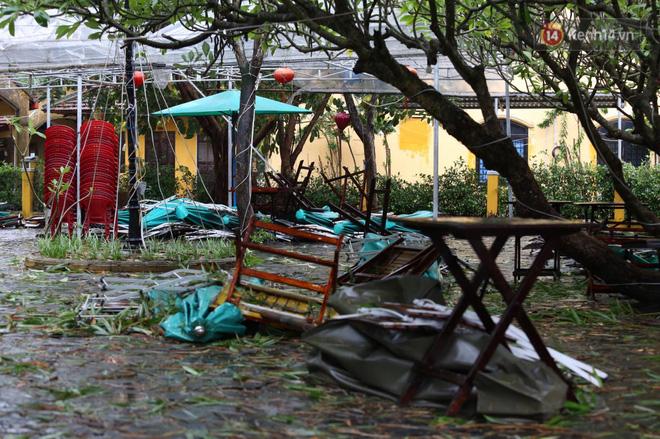 Cành cây gãy đổ, nhiều bàn ghế của các hàng quán bị gió thổi bay (Ảnh: Ngọc Thắng)