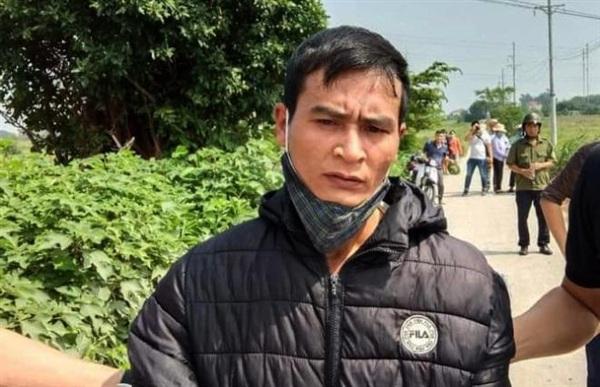 Đối tượng Trung được áp giải ra hiện trường để dựng lại vụ án.