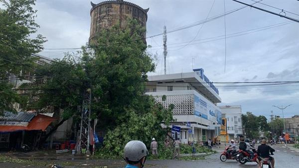Nhiều cây xanh gãy đổ, đang được thu dọn để đảm bảo an toàn cho người dân (Ảnh: Xuân Thuỳ)