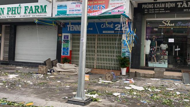 Gió cuốn rác, lá cây trên đường phố (Ảnh: Xuân Thuỳ)