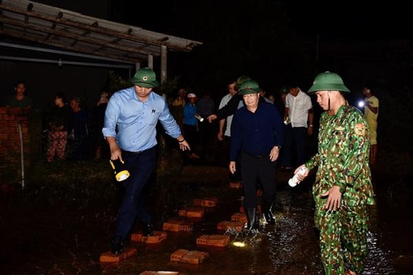 Phó Thủ tướng trực tiếp đến một số khu vực dân cư để kiểm tra, đánh giá tình hình thiệt hại do bão số 9 gây ra. Ảnh: VGP/Nhật Bắc