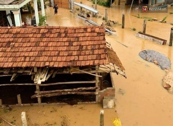 Nhiều ngôi nhà bị nhấn chìm trong nước lũ (Ảnh: Văn Tiên)
