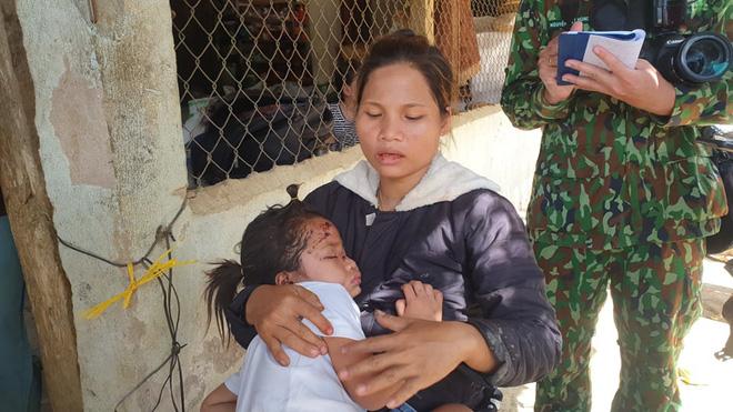 Nạn nhân Hồ Thị Hà và con gái được đưa ra ngoài an toàn (PV Đình Thức)