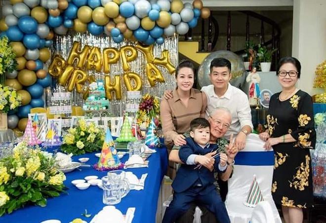 Cô và gia đình nhà chồng tổ chức sinh nhật cho con trai