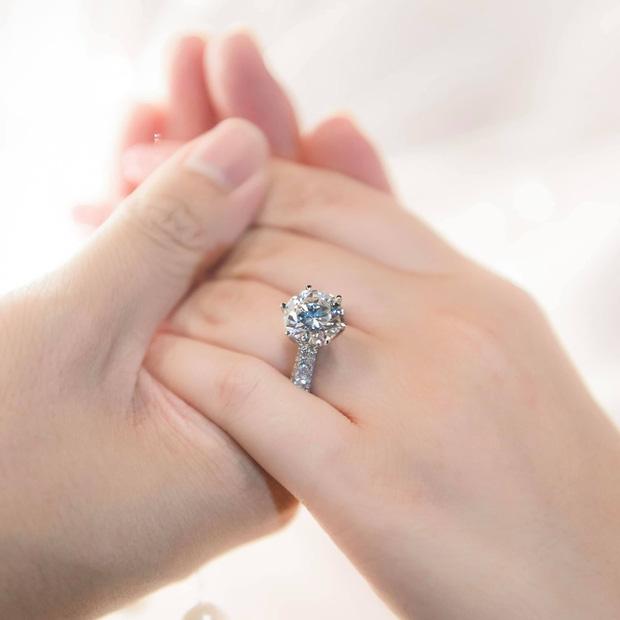 Chiếc nhẫn kim cương được thiếu gia Phan Thành khoe trên trang cá nhân