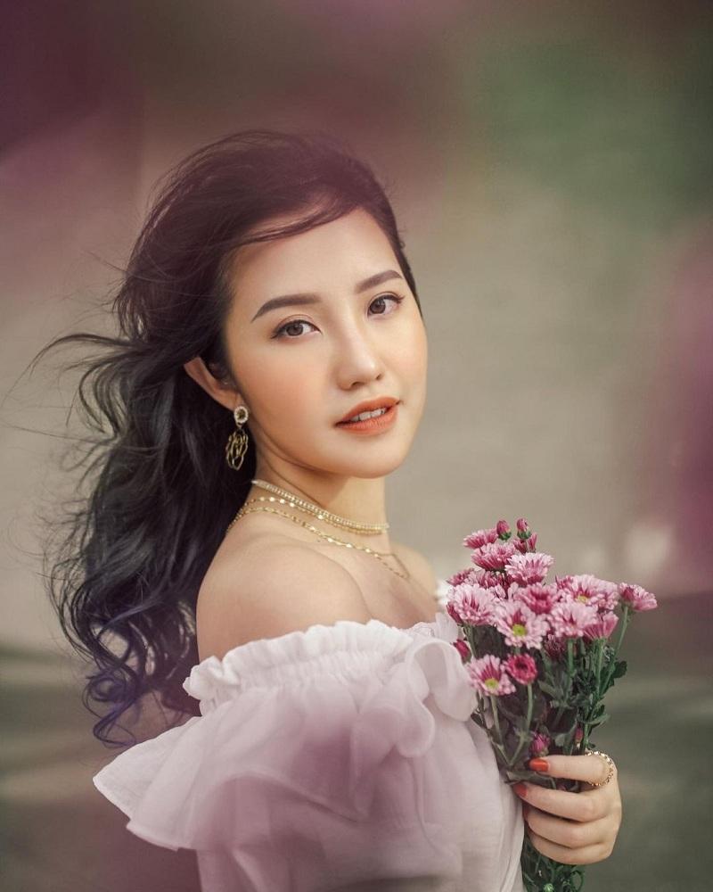 Tốt nghiệp đại học RMIT Việt Nam, ngoài công việc quản lý tài chính cho công ty gia đình, cô dâu Trương Minh Xuân Thảo còn hoạt động với vai trò là một beauty blogger. Không chỉtài giỏi, ái nữ còn ghi dấu ấn đặc biệt hơn trong hội 'con nhà người ta'nhờ nét xinh đẹp và phong cách tiểu thư, hiện đại, nhờ vậy mà cô cũng giành được nhiều giải thưởng trong các cuộc thi nhan sắc.