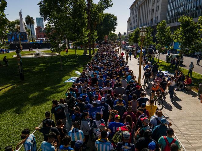 Cảnh tượng chen lấn khủng khiếp của dòng người đến viếng Maradona. Ảnh: PL&BĐ.