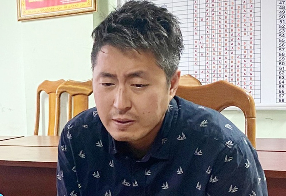 Jeong In Cheol tại cơ quan điều tra. Ảnh: VnExpress.