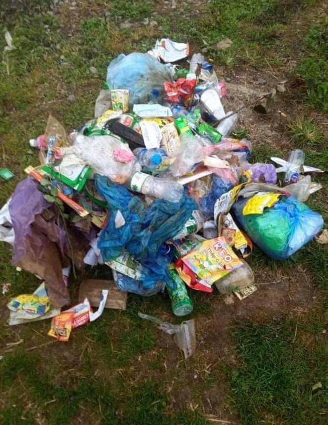 Thậm chí vứt rác bừa bãi ra đồi chè.