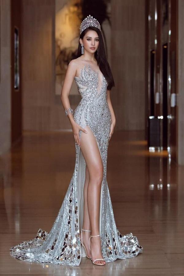 Đáng chú ý,tại sự kiện này Tiểu Vy diện váy nhẹ như không làm khán giả cứ tưởng chiếc áo 'nhẹ như không'.