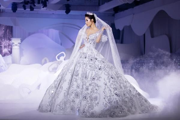 Ngoài ra, chân dài đình đám từng diện mẫu đầm cưới của NTK Chung Thanh Phong nặng đến 25kg.