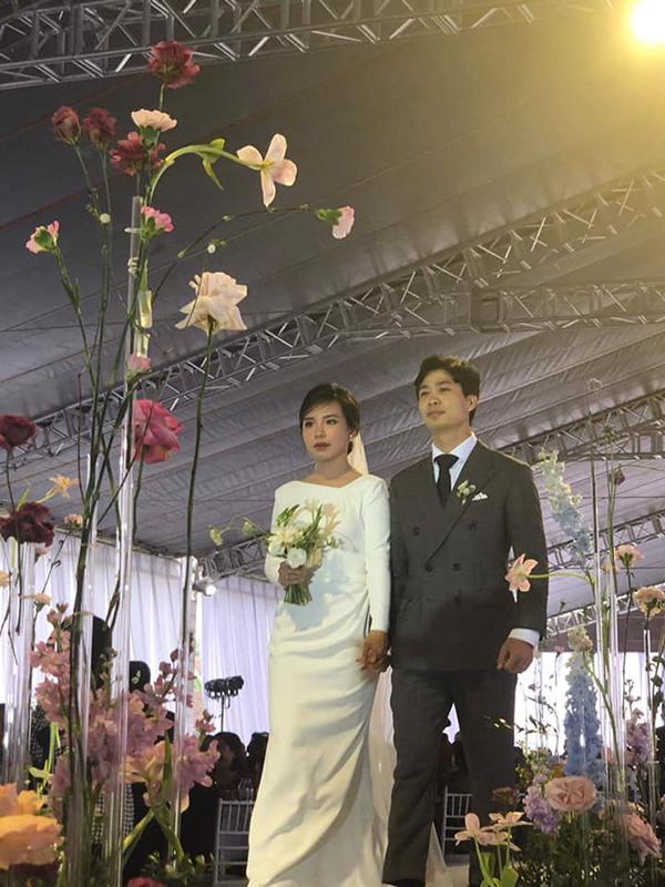 Công Phượng và Viên Minh tại đám cưới ở Nghệ An sáng 3/12.