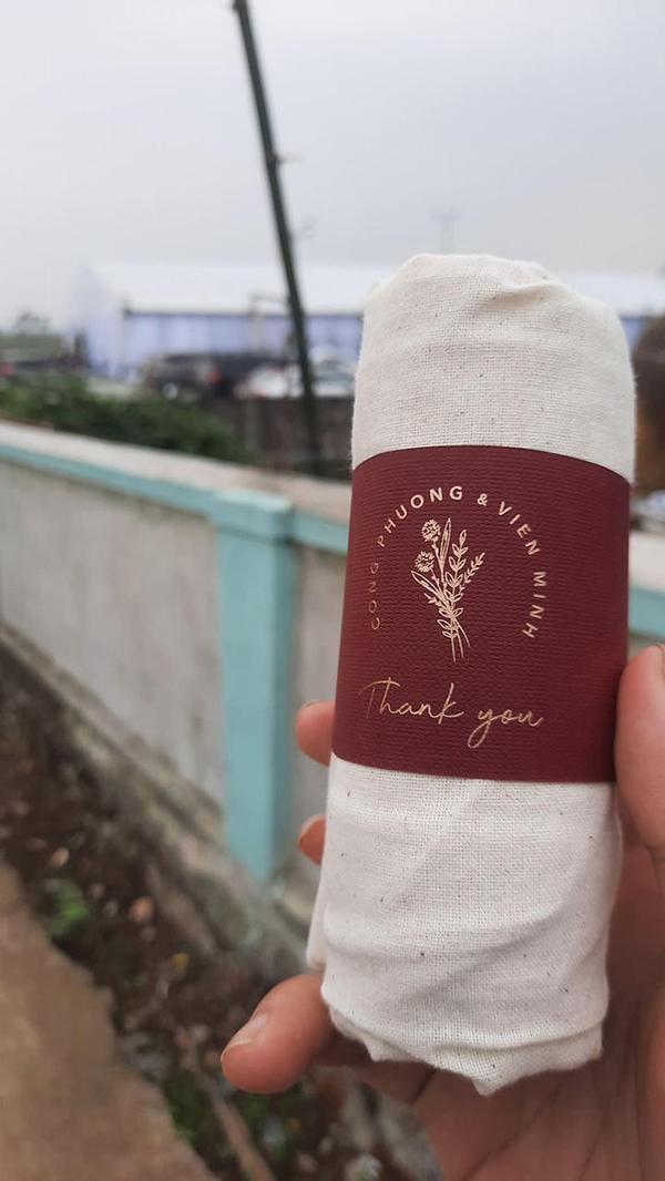 Món quà mà Công Phượng dành tặng khách mời là một chiếc túi vải.