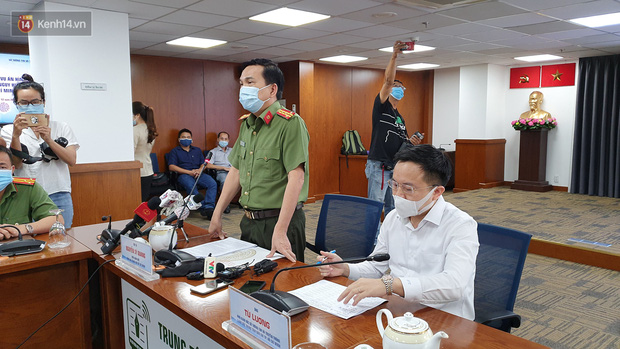 Đại tá Nguyễn Sỹ Quang và Phó Giám đốc Sở TT&TT TP.HCM chủ trì họp báo