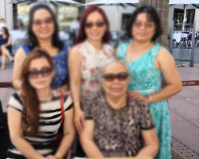 Chị N.H xót xa cho bức ảnh gia đình sẽ không bao giờ có thể trọn vẹn được nữa(chị Nămđứng bên trái)