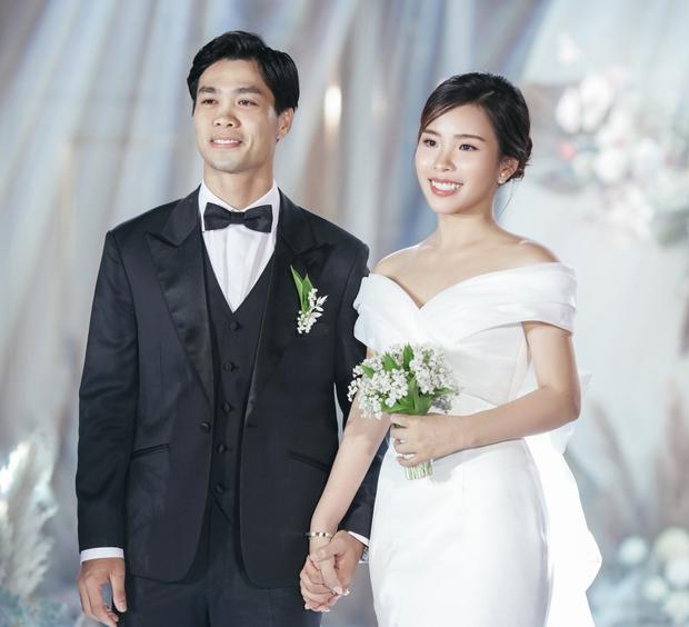 Váy cưới của Tóc Tiên và Viên Minh đều có thiết kế đơn giản, trắng trơn thể hiện sự thanh lịch, sang trọng. Hoàng Touliver và Công Phượng có cùng ngày sinh - 21/1 - chàng trai cung Bảo Bình