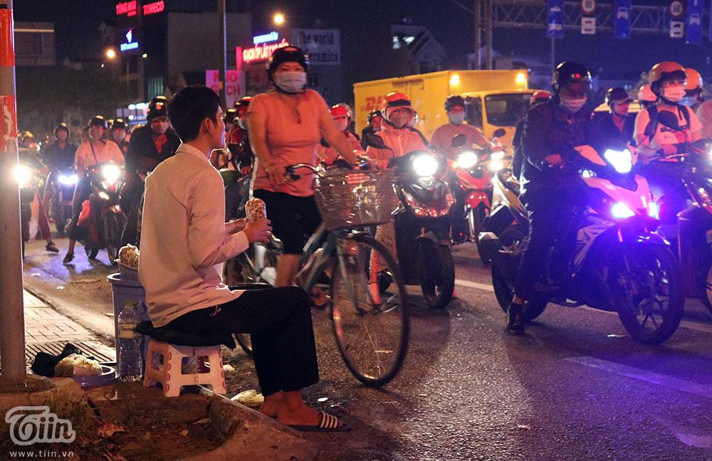 Chập choạng tối, chàng trai sẽ bắt xe ôm ra ngồi ở vòng xoay Linh Đông, Thủ Đức, TP. Hồ Chí Minh