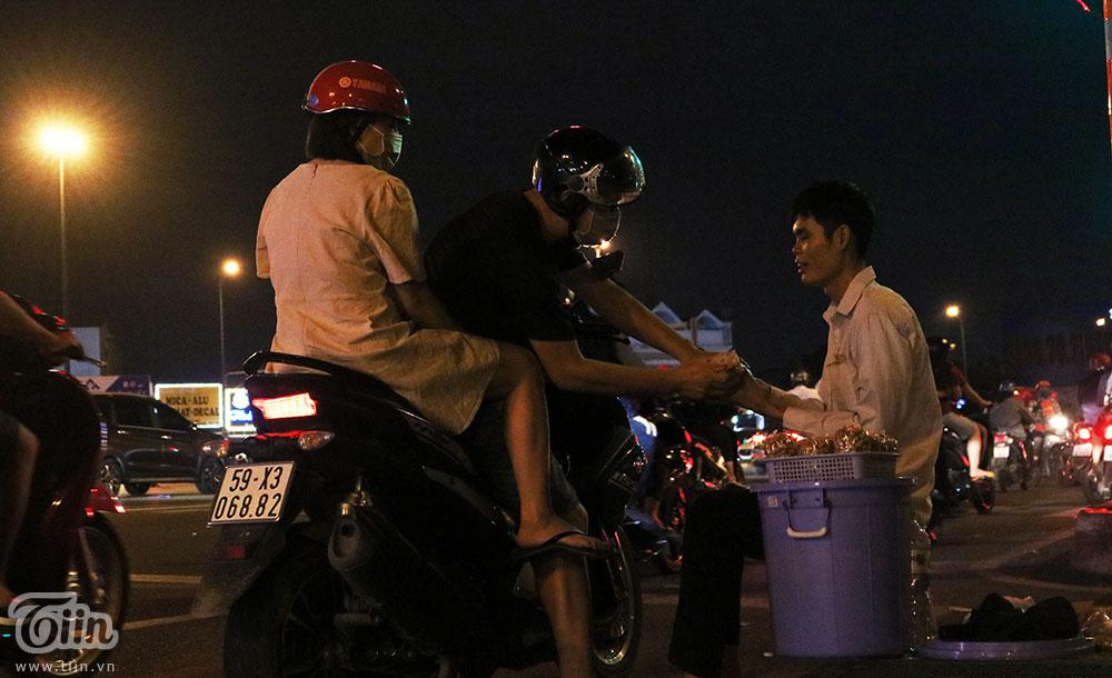 Chàng trai khiếm thị kiên nhẫn bán đậu phộng ven đường phố Sài Gòn, nhặt từng nghìn lẻ gom biếu Tết ba mẹ 6